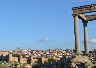Los Cuatros Postes con Ávila y su muralla al fondo