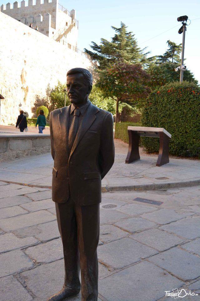 Qué ver en Ávila: la estatua en honor al ex presidente del gobierno Adolfo Suárez situada en Ávila