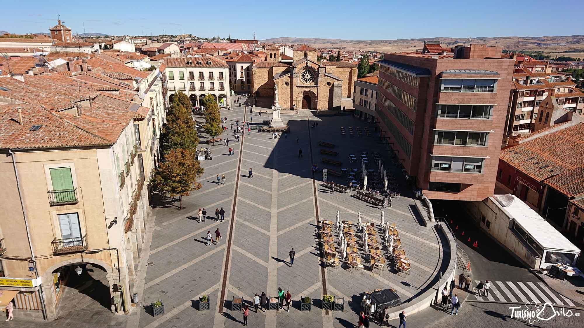Qué ver en Ávila: Imagen de la Plaza de Santa Teresa (Mercado Grande o el Grande). Al fondo la iglesia de San Pedro.