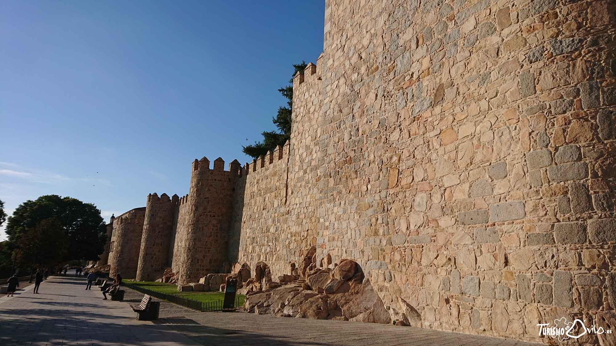 Qué ver en Ávila: Vista de la Muralla de Ávila desde el paseo de el Rastro